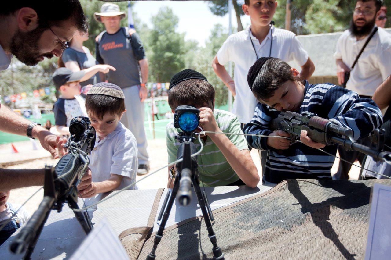 ילדים משחקים ברובים, אתמול בגבעת-התחמושת (צילום: דוד ועקנין)
