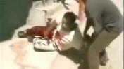 הצלם עימאד אבו-זהרה לאחר שנפצע ברגלו, ג'נין 2002 (צילום מסך: אל-ג'זירה)