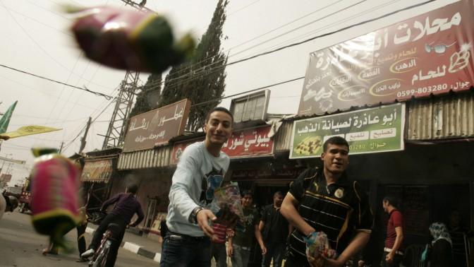 """תושבים ברפיח חוגגים את הסכם הפיוס בין חמאס לפת""""ח, אתמול (צילום: עבד רחים כתיב)"""
