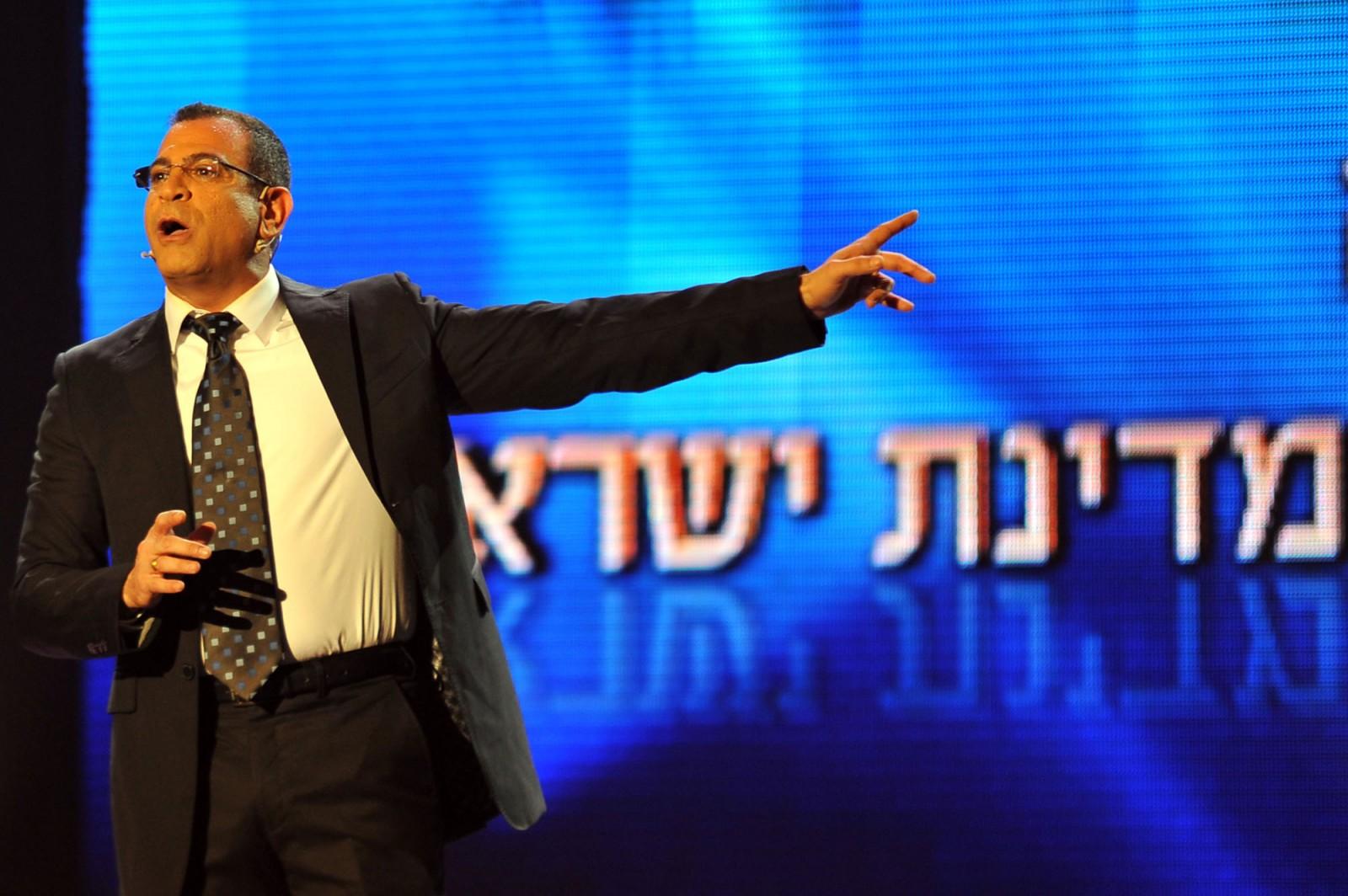 הקומיקאי אלי יצפאן מנחה טקס לכבוד ניצולי שואה, שלשום בירושלים (צילום: יואב ארי דודקביץ)