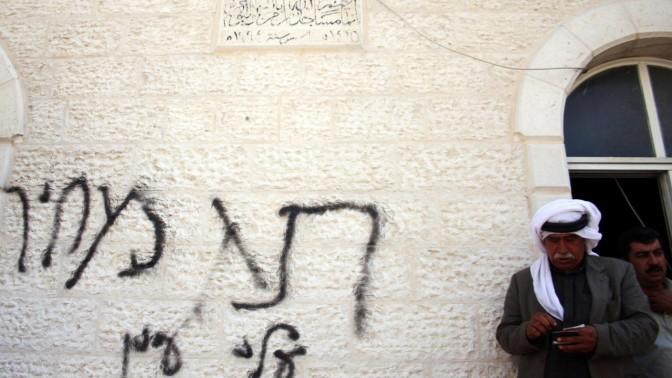 קיר מסגד שהוצת, שלשום (צילום: עיסאם רימאווי)