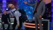 """דמותו של עמוס רגב מתארחת בתוכנית """"נבחרת ישראל"""" (צילום: ערוץ 10)"""