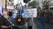מפגיני ימין מול הפגנת השמאל, אתמול בתל-אביב (צילום: רוני שיצר)