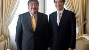 """כתב ה""""אסאי שימבון"""" היפני אחרי שריאיין את ראש ממשלת תאילנד (צילום: לשכת העיתונות הממשלתית של תאילנד, רשיון cc)"""