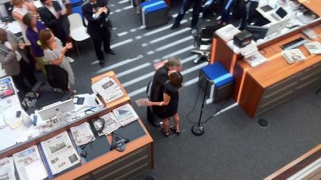 """טקס חילופי עורכים בבניין """"הניו-יורק טיימס"""" בניו-יורק, שלשום. הנואמים, לפי סדר הופעת התמונות, מלמעלה: העורכת הנכנסת ג'יל אברמסון, המו""""ל ארתור סולצברגר, העורך היוצא ביל קלר, אברמסון וקלר (צילום: ג'ון נידרמאייר, רשיון cc-by-nc-sa)"""