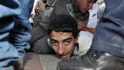 שוטר אוחז במפגין נגד מעצרו של הרב דב ליאור, אתמול ליד בית-המשפט העליון בירושלים (צילום: יואב ארי דודקביץ)