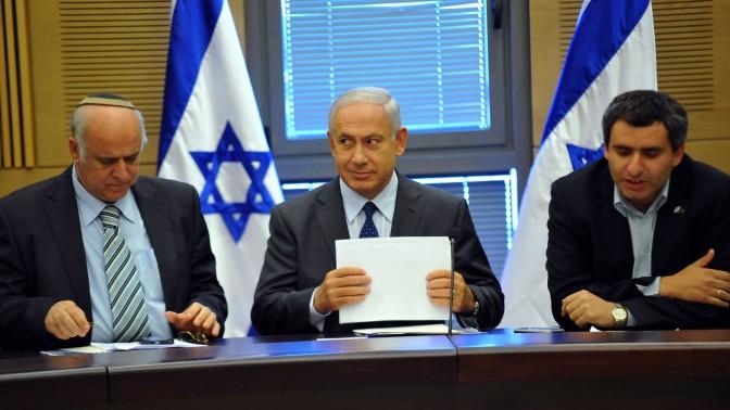"""בנימין נתניהו, ראש ממשלת ישראל, יושב בין ח""""כ זאב אלקין לח""""כ ציון פיניאן (צילום: יואב ארי דודקביץ')"""