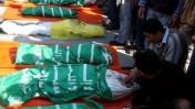 """גופותיהם של שבעה בני משפחת סלחה שנהרגו מאש צה""""ל ברצועת עזה (צילום: פאדי עדוואן)"""