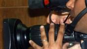 צלם עיתונות מצלם בבית-המשפט לאחר מתן גזר הדין במשפט קצב (צילום: יריב כץ)