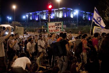 מפגינים חוסמים כביש סמוך לבניין הכנסת, 24.7.11 (צילום: דוד ועקנין)
