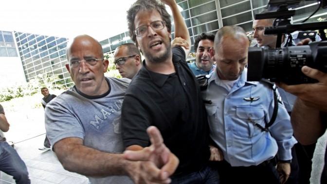 שוטרים עוצרים פעיל פרו-פלסטיני, שלשום בשדה התעופה בן-גוריון (צילום: מאיר פרטוש)