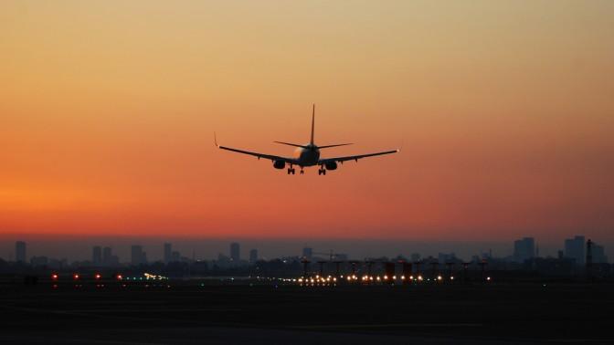 מטוס נוחת בשדה התעופה בן-גוריון (צילום: צחי בן-עמי)