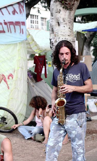 נגן סקסופון במאהל בשדרות רוטשילד בתל-אביב (צילום: יוסי גורביץ, רישיון cc)