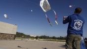 צעירים מטיסים עפיפונים לזכרו של יאנוש קורצ'אק, אתמול ביד-ושם (צילום: אורן נחשון)