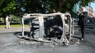 מכונית שרופה במערב לונדון, אתמול (צילום: Erik Hartberg, רישיון CC BY-NC-ND 2.0)