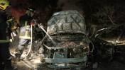 כבאי מכבה מכונית שנפגעה מטיל שנורה מעזה, אתמול (צילום: צפריר אביוב)