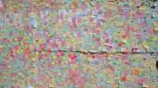 פתקים מכסים לוחות עץ המחליפים חלון ראווה שנופץ על-ידי מתפרעים בלונדון (צילום: מרטין, רישיון cc)