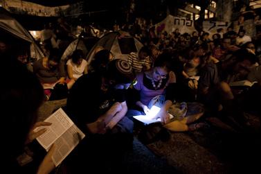 """קריאת מגילת """"איכה"""" במאהל המחאה במרכז ירושלים, אתמול (צילום: דוד ועקנין)"""