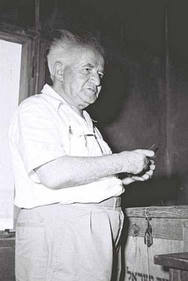 """דוד בן-גוריון מטיל פתק לקלפי בשדה-בוקר, 26.7.1955 (צילום: פריץ כהן, לע""""מ)"""