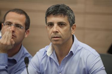 """מנכ""""ל חברת החדשות של ערוץ 2, אבי וייס (מימין) וע""""ד ישגב נקדימון, היועץ המשפטי של חדשות ערוץ 2 (צילום: דוד ועקנין)"""