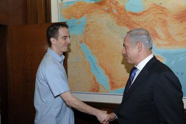"""ראש הממשלה בנימין נתניהו לוחץ את ידו של אילן גרפל, אתמול (צילום: עמוס בן-גרשום, לע""""מ)"""