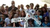 ישראלים מצלמים רובוט ישראלי, אתמול במשכן הנשיא בירושלים (צילום: יואב ארי דודקביץ')