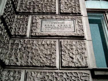 לוחית זיכרון לקראוס בווינה, עיר מגוריו (צילום: שר אמיו, רישיון cc-by-nc-sa)