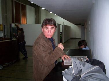 """משה נוסבאום, כתב המשטרה של ערוץ 2, במסדרונות בית-המשפט המחוזי במהלך אחד הדיונים במשפט גלט-ברקוביץ' נגד """"הארץ"""" (צילום: """"העין השביעית"""")"""