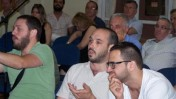 """יאיר טרצ'יצקי (במרכז) ויואב ריבק (משמאל) באסיפת אגודת העיתונאים תל-אביב (צילום: """"העין השביעית"""")"""