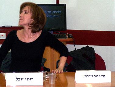 """רותי יובל, שהתפטרה מעריכת מהדורת שישי של חדשות ערוץ 10, אתמול באוניברסיטת תל-אביב (צילום: """"העין השביעית"""")"""