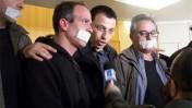 """העיתונאי זוכה פרס סוקולוב רביב דרוקר, מוקף מפגינים נגד סגירת ערוץ 10 הערב, בטקס הענקת הפרס בתל-אביב (צילום: """"העין השביעית"""")"""