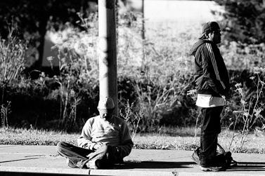 פועלי יום מחכים להזדמנות עבודה, קליפורניה, אוקטובר 2009 (צילום: ג'רמי ברוקס, רשיון cc-by-nc)