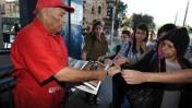 """חלוקת גליונות """"ישראל היום"""" בירושלים, ספטמבר 2011 (צילום: יואב ארי דודקביץ')"""