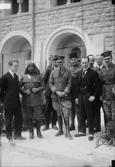 הנציב העליון הרברט סמואל (שני מימין) מגיע לוועידת קהיר, 1920 (צילום: ספריית הקונגרס, נחלת הכלל)