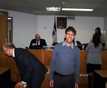 """תני גולדשטיין (במרכז), היום בבית-המשפט (צילום: """"העין השביעית"""")"""