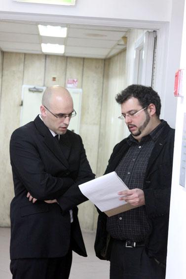 יהונתן זילבר, עורך ערוץ המחשבים ב-ynet (מימין), ועורך-הדין של ארגון העיתונאים בישראל, אמיר בשה (צילום: עידו קינן, חדר 404)