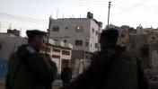 """חיילי מג""""ב מחוץ למבנה שאליו נכנסו מתנחלים, אתמול בחברון (צילום: ליאור מזרחי)"""