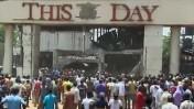 """משרדי העיתון """"היום הזה"""" באבוג'ה, ניגריה, מיד לאחר שנפגעו בפיגוע תופת, 26.4.12 (צילום מסך, אתרי חדשות)"""
