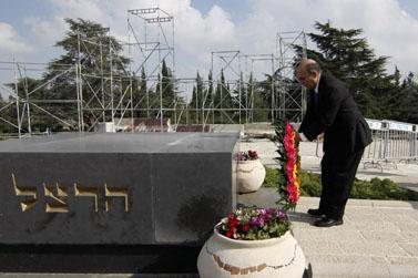 """לאחר היבחרו ליו""""ר קדימה, ח""""כ שאול מופז מבקר בקבר הרצל. 28.3.12 (צילום: אורן נחשון)"""