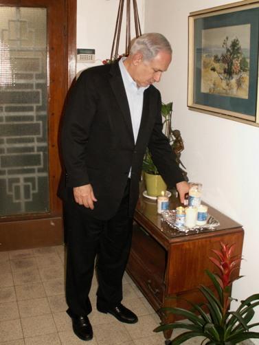 """בנימין נתניהו, ראש ממשלת ישראל, מדליק נר זיכרון בבית אביו המנוח (צילום: לע""""מ)"""