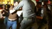 """כתב """"הארץ"""" מותקף על-ידי קבוצת שוטרים, אתמול בתל-אביב"""