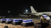 """ארונות ההרוגים בפיגוע בבולגריה בנמל התעופה בן גוריון (צילום: עמוס בן גרשום, לע""""מ)"""
