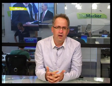 """גיא רולניק מקריא את טורו השבועי במערכת """"דה מרקר"""" (צילום מסך)"""