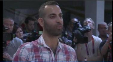 יניב חלילי מפנה שאלה למייקל פלפס במסיבת עיתונאים בחסות הד-אנד-שולדרס
