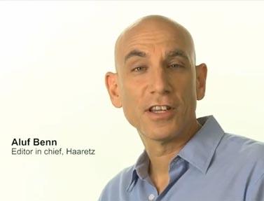 """אלוף בן, עורך """"הארץ"""", בפרסומת לאפליקציה של המהדורה האנגלית של העיתון (צילום מסך)"""