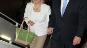 """ראש הממשלה בנימין נתניהו ורעייתו עולים על מטוס בדרכם לניו-יורק, 27.9.12 (צילום: אבי אוחיון, לע""""מ)"""