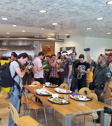"""עובדי """"מעריב"""" מפגינים נגד הבעלים נוחי דנקנר מול משרדי קונצרן אי.די.בי, בקומה ה-41 של מגדלי עזריאלי. 20.9.12 (צילום: """"העין השביעית"""")"""