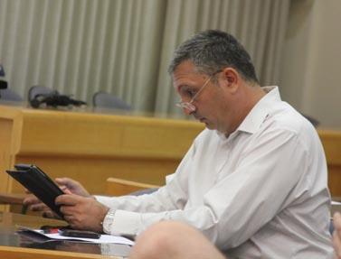 """עורך """"מעריב"""" ניר חפץ מעיין במחשב לוח בכנס לעיתונות דיגיטלית, ספטמבר 2012 (צילום: עידו קינן, חדר 404)"""