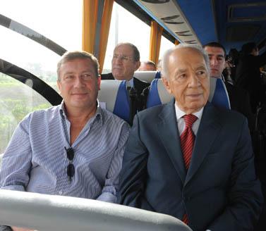 נוחי דנקנר (משמאל) ונשיא המדינה שמעון פרס, ינואר 2010 (צילום: משה מילנר, לשכת העיתונות הממשלתית)
