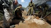 """חיילי צה""""ל בוחנים פגיעת מרגמה באזור הגובל בעזה (צילום: צפריר אביוב)"""